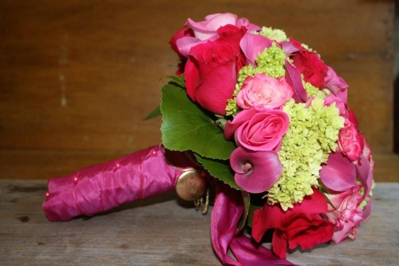 mini green hydrangea, pink Calla Lily, electra Spray Roses, roses