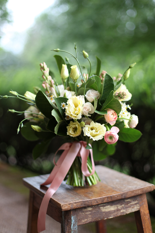 fragrant bridal bouquet by designer Janet Martineau of Floral Verde – Cincinnati, Ohio, with cream lisianthius, chamomile, White Majolica spray roses, tuberose, peach ranunculus and magnolia foliage, by Floral Verde LLC, Cincinnati Ohio wedding flower